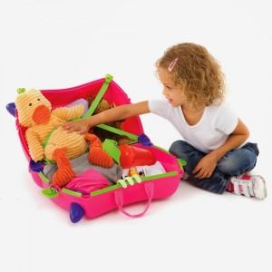 ребенок складывает игрушки