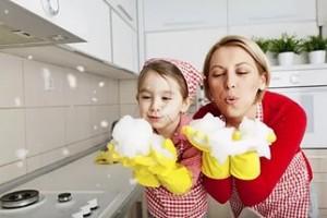 с мамой моет на кухне